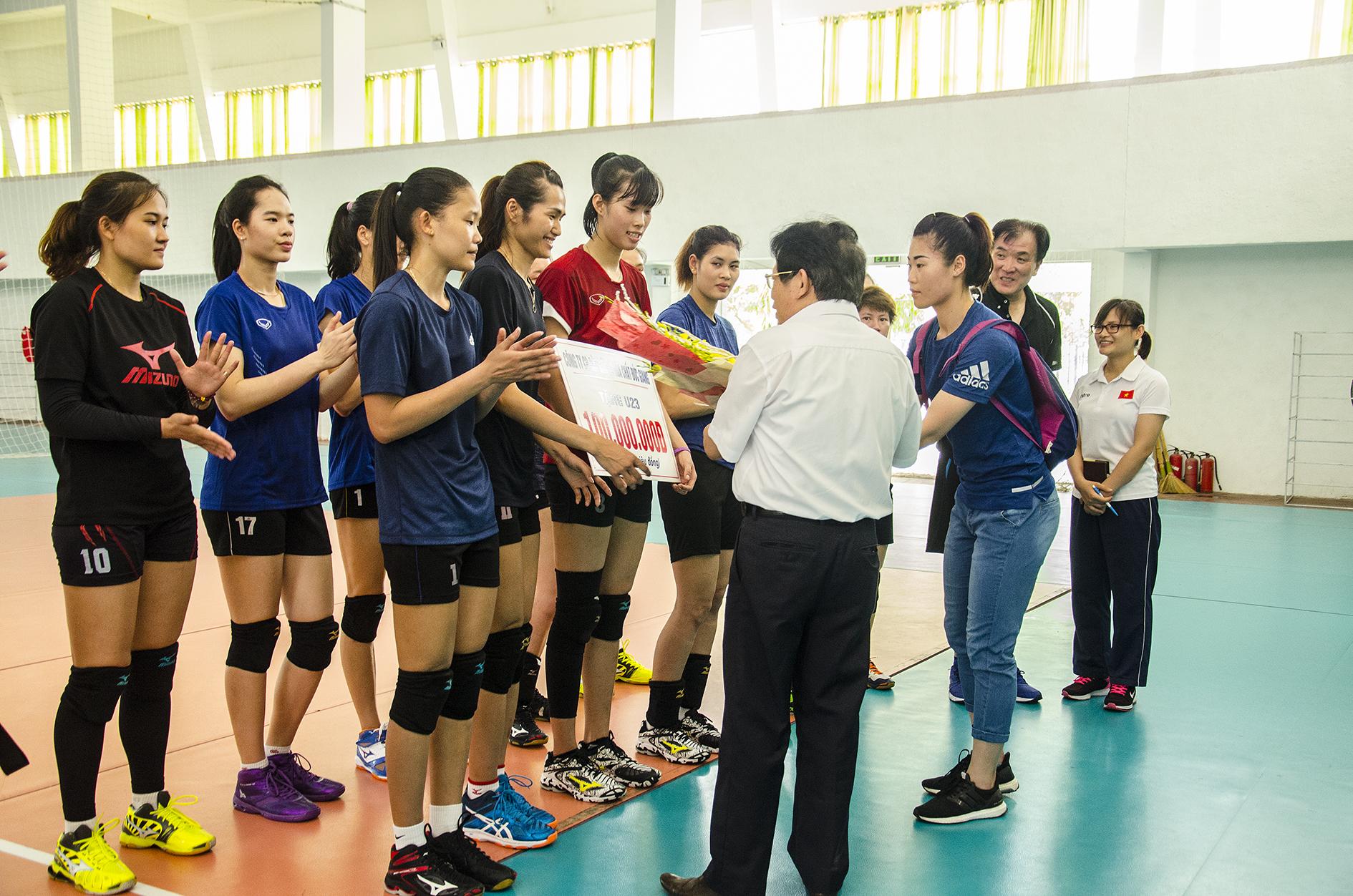 Công ty CP Bột giặt & Hóa Chất Đức Giang đã trao phần thưởng 100 triệu đồng cho kì tích của đội tuyển U23 Việt Nam tại giải Vô Địch bóng chuyền nữ Châu Á
